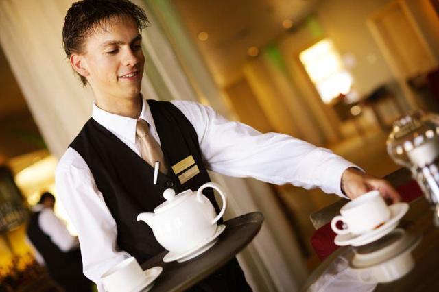 Главные служебные обязанности официанта в ресторане, ответственность, преимущества и недостатки профессии